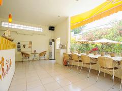 【カフェ・クメールタイム】エアコンの効いた涼しい店内。南国植物に囲まれたテラス席もある