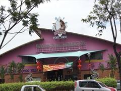 【ポート・ビュー・ シーフード・ヴィレッジ】ピンクの建物が目を引くレストラン正面