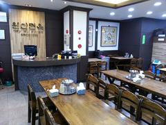 【元山麺屋(ゲンサンメンヤ)】木調テーブルとイスで落ち着いた雰囲気
