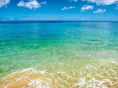 【カヴェヘヴェへ(聖なる海)】アウトリガーリーフオンザビーチ脇には、立て看板がわりのサーフボードに由来が書いてある