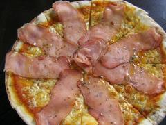 【スティッフ・チリ】スモークハムとチーズのピザ