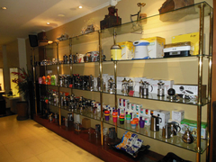 【コピ・バリ・ハウス】ミルやコーヒーカップなど、コーヒーグッズも販売している