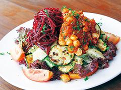 【カフェセントラル】焼きズッキーニ、アーティチョーク、ヒヨコ豆などが入った、野菜たっぷりのチックピアサラダ