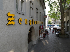 【ツォイクハウスケラー】壁の黄色い文字が目印