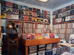 【アズ・ザ・レコード・ターンズ】レコード好きにはたまらない空間