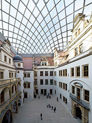 【ドレスデン城】ドレスデン城の小中庭。2009年にガラスの丸屋根が完成
