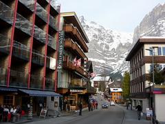 【ドルフ通り】建物の背後に雪山が迫る