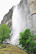 【シュタウブバッハの滝】下に落ちるころには細かな水しぶきになる
