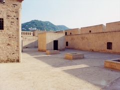 【アラゴネーゼ城】城内にある、15世紀建設の武器の広場(Piazza d'armi)