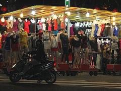 【中華路夜市(チュウカロヨイチ)】洋服を売る店も