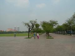 【サナム・ルアン(王宮前広場)】涼みに来るバンコク市民も多い