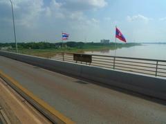 【タイ・ラオス友好橋(ミッタパープ橋)】メコン河の中央が両国の国境線だ