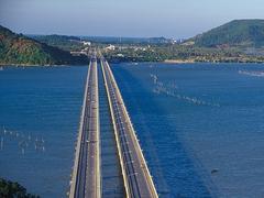 【ティンスラノン橋】1986年に橋が架けられる前はフェリーで移動していた