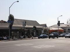 【サンセット・ブールバード】週末のサンセット通り。オープンカフェで食事を楽しむ人が目立つ