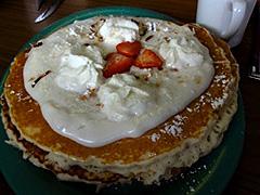 【ハワイアン・スタイル・カフェ】ハウピア(ココナッツ)ソースがけパンケーキはロコに人気のアイテム