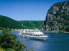 【KDライン河クルーズ】ローレライを背景に走行するクルーズ船