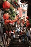【豎崎路(スゥチールゥ)】レトロな建物と赤い提灯が連なる細い階段の道