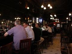【オールド・タウン・バー・アンド・レストラン】歴史を感じる内装とフレンドリーな雰囲気