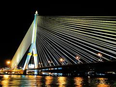 【ホライゾン・クルーズ】ライトアップされた橋をくぐっていく