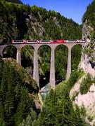 【氷河特急】有名なラントヴァッサー橋の上を走る