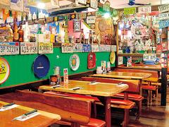 【ホッグス・ブレス・カフェ】ナンバープレートがたくさん飾られた賑やかな雰囲気の店内