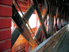 【屋根付き橋】屋根つき橋の中に陽光が差し込む