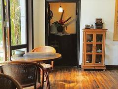 【紫藤廬(ズータンルー)】窓際のテーブルからは庭の眺めも楽しめる。奥には畳敷きの和室も