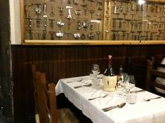 【リストランテ・ダ・イル・ラティーニ】様々なコルク栓抜きを飾った装飾