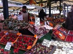 【魚市場】威勢のよい声が響く活気ある市場。色とりどりの野菜を見るのも楽しい