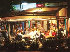 【ラ・フェットチーナ・レストラン・アンド・バー】夜の外観