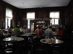 【カフェ・サバスキー】ヨーロッパ風のシックな店内
