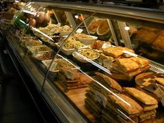 【フードランド・ファームス】お惣菜、サンドイッチなどのデリコーナーもあって便利