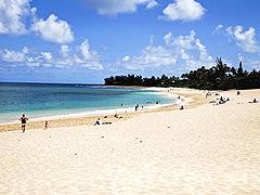 【サンセット・ビーチ】白い砂浜がどこまでも続く