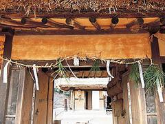 【韓国民俗村/ハングッミンソッチョン】門の軒下に吊るす物により出産や病気などの報せを表した