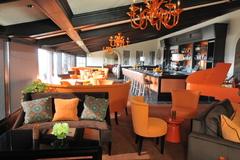 【オレンジ・ヒル・レストラン】店名のとおり照明やピアノまでオレンジ色で統一された店内