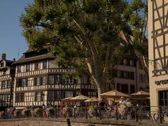【プティット・フランス】運河沿いに出されたカフェのテラス