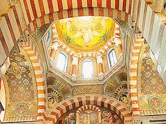 【ノートルダム・ドゥ・ラ・ガルド寺院】内部は荘厳なビザンチン様式