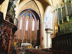 【サン・ソヴール大聖堂】正面入口や教会内部はゴシック建築