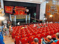 【タンロン水上人形劇場】水面を舞台にし て人形の操り手が水に浸かって演じるベトナム独自の舞台芸術