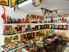 【トゥオン・ザ・ツー】店内にはカラフルな商品がずらりと並ぶ