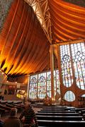 【ジャンヌ・ダルク教会】モダンな外観とルネッサンス期のステンドグラスが特徴