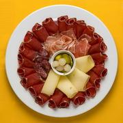 【ヴァリサーカンネ】ヴァリス州特産の乾燥肉・チーズの盛り合わせ「ヴァリサー・テラー」