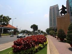 【チャンフンダオ像】目の前にはサイゴン川が流れる