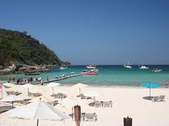 【ラチャ・ヤイ島】島のメインのビーチは、ホワイトサンドが美しい
