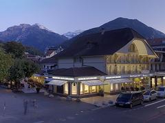 【グランド・カフェ・レストラン・シュー】ヘーエマッテ公園のすぐ横にある店舗は、ベルナーオーバーラントの山々を背景に立つ