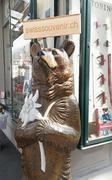 【アルバート・シルド】店の入口では木彫りのクマさんがお出迎え