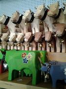 【アルバート・シルド】木彫りの牛はサイズもカラーも豊富