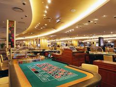 【セブンラック・カジノ】ルーレートのテーブルが並ぶ