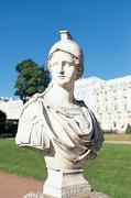 【エカテリーナ宮殿】園内にはエリザヴェータ女帝をモデルにした像が立つ