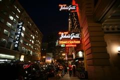 【ジョンズ・グリル】ネオンが輝く夜のレストラン